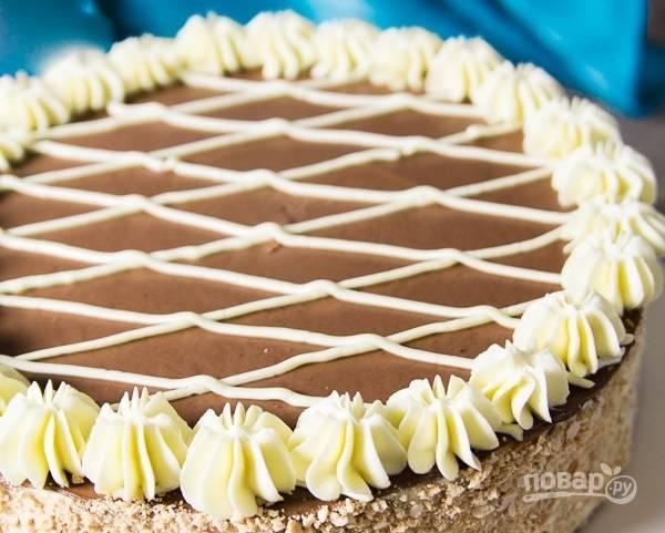 24.Остатки белого крема наберите в кондитерский шприц и украсьте им торт. Приятного аппетита!