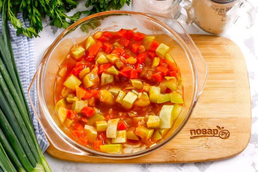 Овощи должны стать мягкими, пропариться, пропитаться томатным вкусом и ароматом.