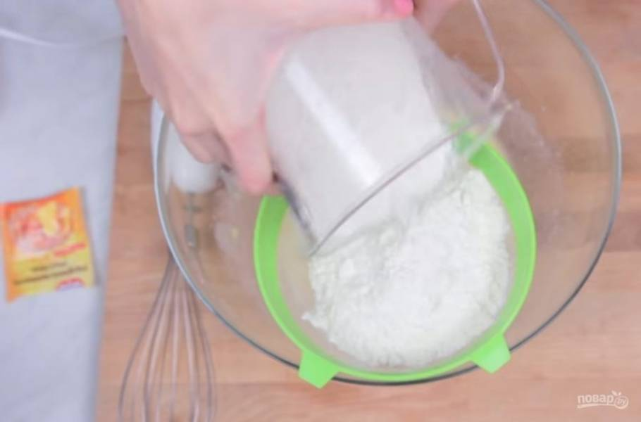 2. Размягченное масло взбейте с помощью миксера с яйцом и добавьте сахарный сироп. Добавьте ванилин и постепенно добавьте просеянную муку с разрыхлителем.