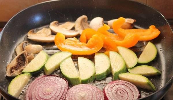 2. Прогреваем на сковороде масло и выкладываем все ингредиенты, кроме помидоров.