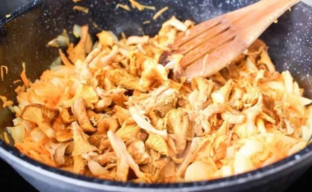 Добавляем промытые и порезанные лисички. Продолжаем готовить.