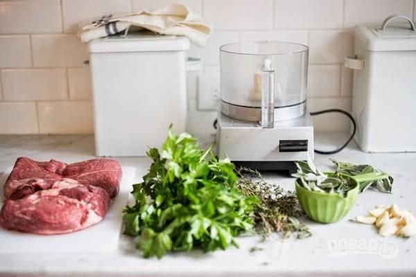 Сделайте травяную начинку. Измельчите в блендере петрушку, чеснок, шалфей, розмарин, соль, тмин, перец, цедру и масло.