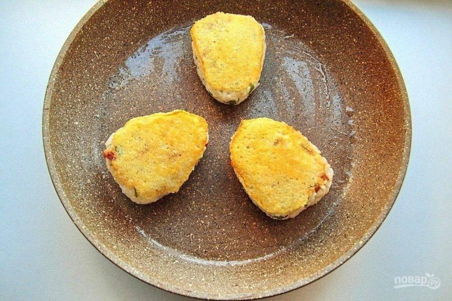 Поставьте сковороду на умеренный огонь. Дайте сыру расплавиться и приобрести хрустящую золотистую корочку. Переверните и готовьте вторую сторону, пока рис не станет слегка хрустящим.