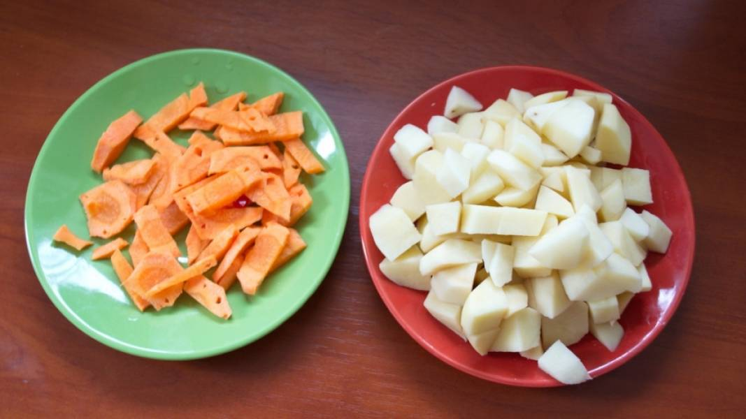 Картофель и морковь нарезаем мелко, а морковь еще и тонко. Все продукты должны быть правильной толщины, чтоб успели проготовиться за 1 час в духовке.