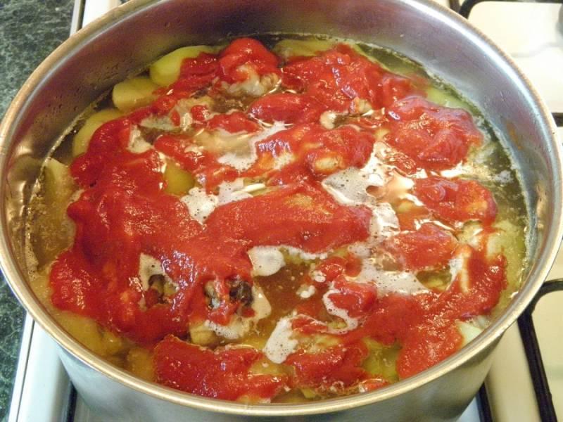 9. Добавить томатную пасту и хорошо перемешать. Оставить еще на 5-7 минут на медленном огне. При желании также можно добавить любимые специи.