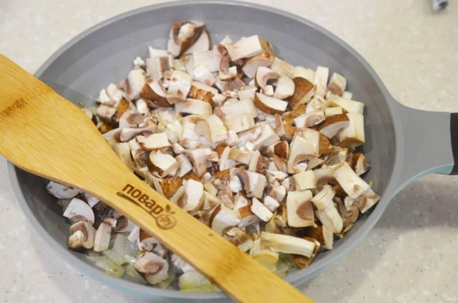 3. Затем добавьте к луку грибы и обжарьте все вместе.