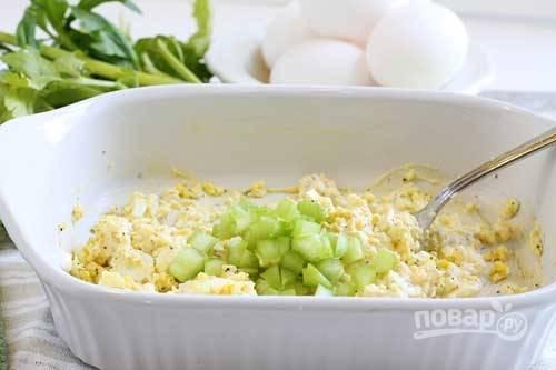 2.Хорошенько перемешиваю яйца с майонезом. Сельдерей (стебли) мою, затем разрезаю вдоль и нарезаю мелко, добавляю его к яйцам.