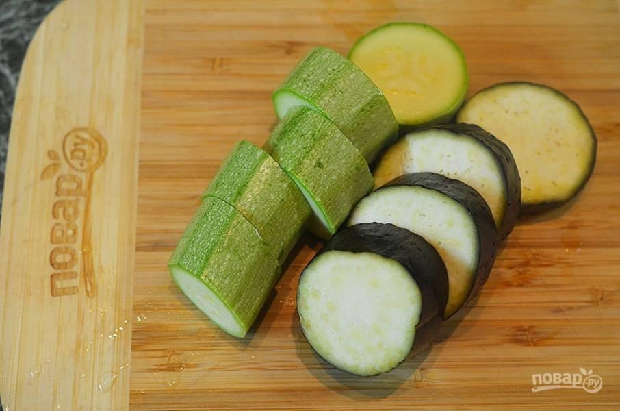 4. За 30 минут до готовности нарежьте овощи: кабачок и баклажан — на несколько частей, помидор — пополам.