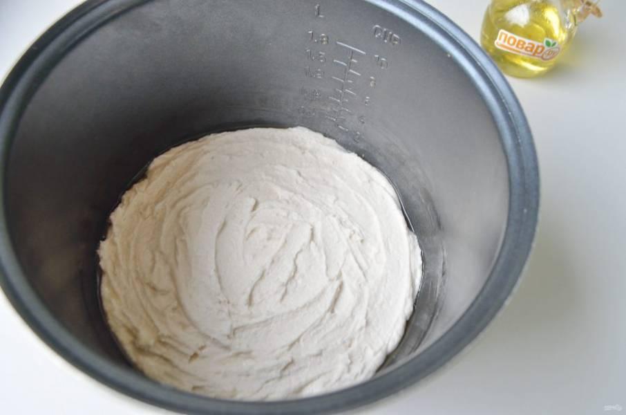 """5. Форму мультиварки смажьте растительным маслом, перекладите тесто, разровняйте ложкой. Поставьте форму в мультиварку, закройте крышку и оставьте тесто на 1 час. Затем спустя час включите мультиварку, не открывая, режим """"выпечка"""" 50 минут."""