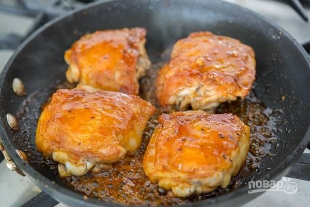 6. Бёдра ещё раз переверните. Готовьте до полного испарения соуса. Приятного аппетита!