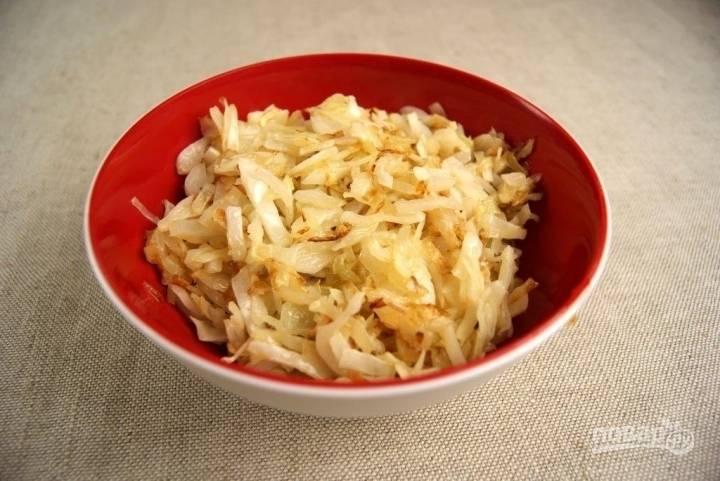 На раскаленной сковороде подогреваем небольшое количество растительного масла и обжариваем капусту с луком до полуготовности в течение 10 минут. По ходу солим и перчим начинку.