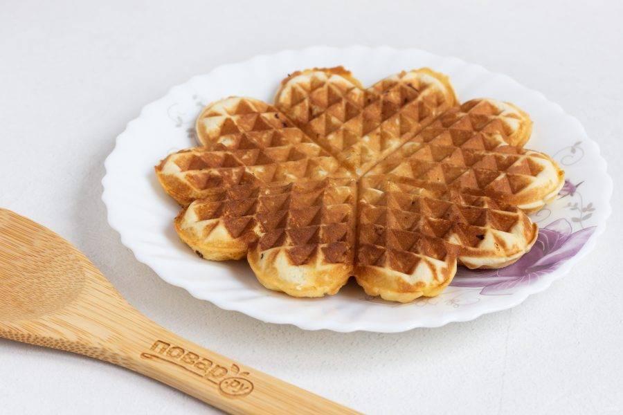 Выкладывайте тесто в вафельницу смазанную растительным маслом и выпекайте вафли. Я кладу на одну порцию вафель примерно 1,5-2 ст.л. теста.