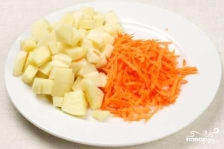 Натрите морковь на крупной терке, картофель нарежьте средними кубиками.