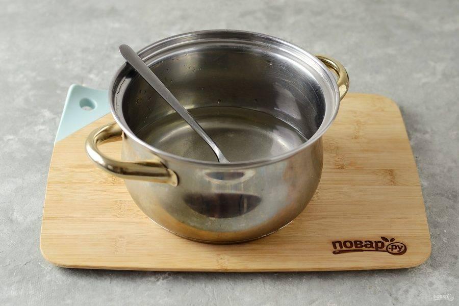Слейте воду в кастрюлю, добавьте сахар и соль. Доведите до кипения. Влейте уксус и снимите с плиты.