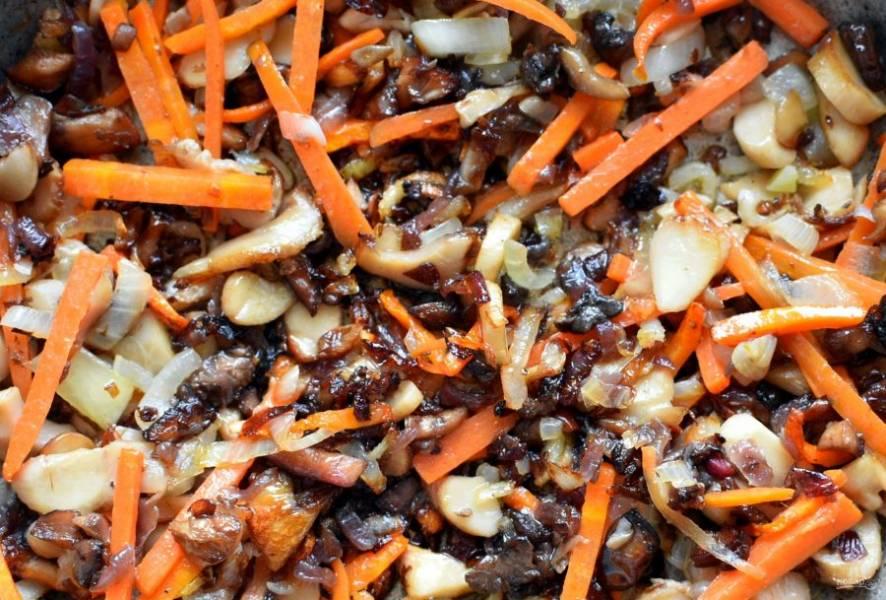 Подготовленные грибы нарежьте мелко и обжарьте на масле до румянца, добавьте лук и жарьте вместе еще несколько минут. Затем добавьте морковь соломкой и немного прогрейте все вместе.