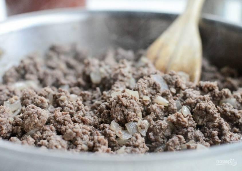 3. Далее выложите фарш. Тушите его до коричневого цвета, иногда помешивая.