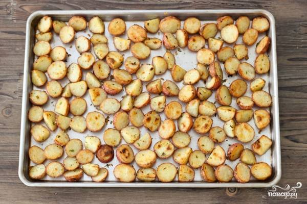 7. Аккуратно переверните и доведите до полной готовности. Время зависит от размера кусочков.  Вот и весь секрет, как приготовить картофель, запеченный с травами в домашних условиях.