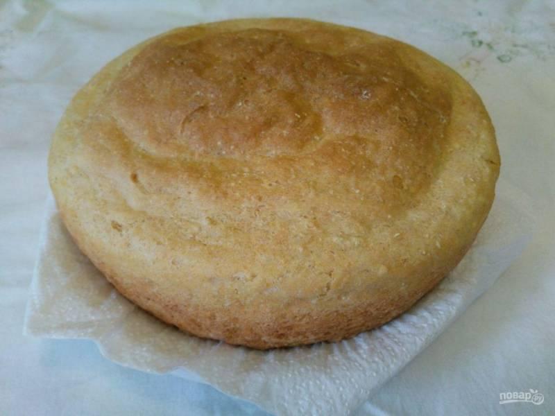 Оставьте хлеб в тепле для расстаивания на 15-20 минут, после чего выпекайте при температуре 180-190 градусов в течение 50-60 минут.