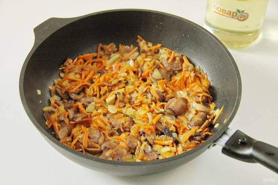 Добавьте грибы и обжарьте до полной готовности.