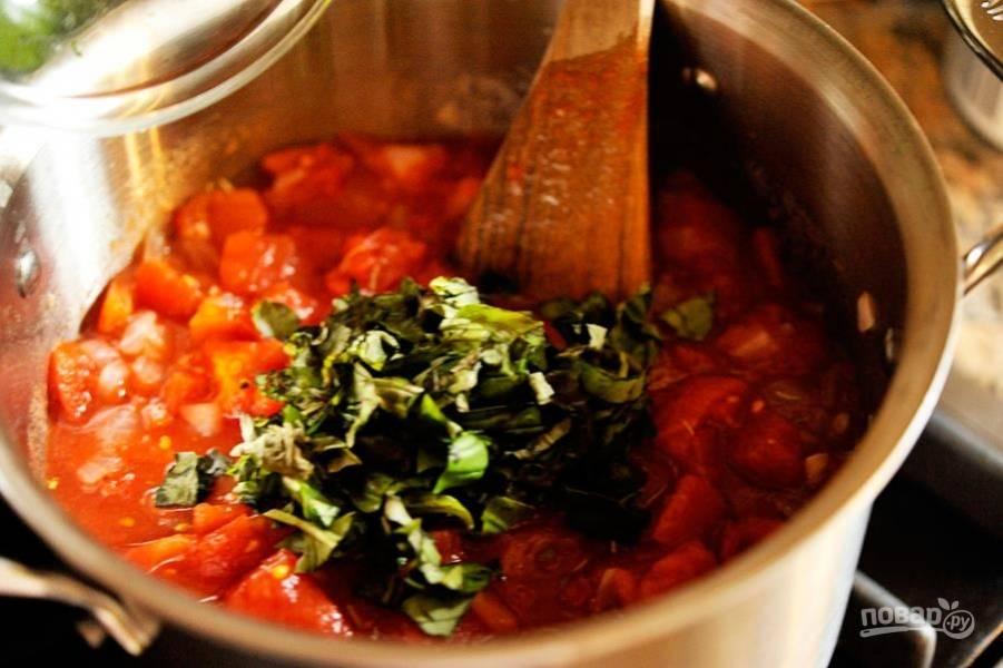 5.Мою и нарезаю крупно базилик, кладу его в томатный суп и перемешиваю, готовлю суп 5-7 минут.