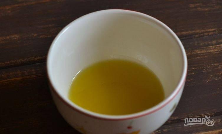 Влейте в пиалку оливковое масло. Если его не оказалось под рукой, то используйте обычное подсолнечное. Главное, чтобы оно было без запаха.