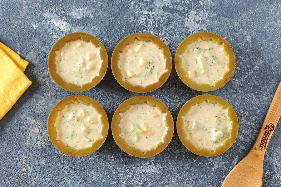 Разложите тесто по формочкам для кексов, заполняя их на 2/3 и выпекайте в духовке при температуре 180 градусов около 30 минут.