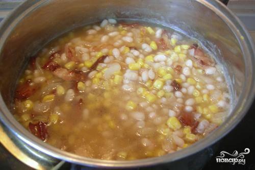 Затем добавляем в суп кукурузу, доводим до кипения и варим еще 5 минут после кипения. За пару минут до готовности вливаем сливки и прогреваем. Готово! Подавать, посыпав свежей зеленью.