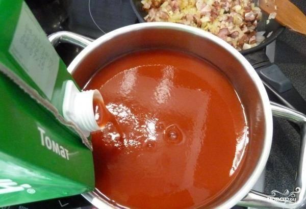 В кастрюле доведите томатный сок до кипения и приправьте его любимыми специями.