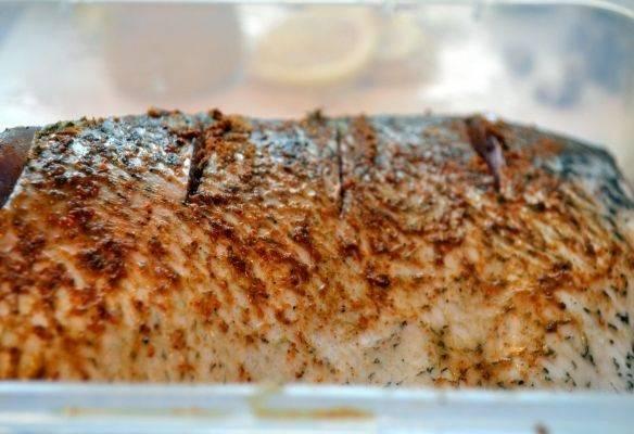 2. Рыбу нужно как следует вымыть, очистить и просушить. Острым ножом сделать небольшие надрезы по всей рыбе. Соединить специи с солью и натереть полученной смесью толстолобик со всех сторон.