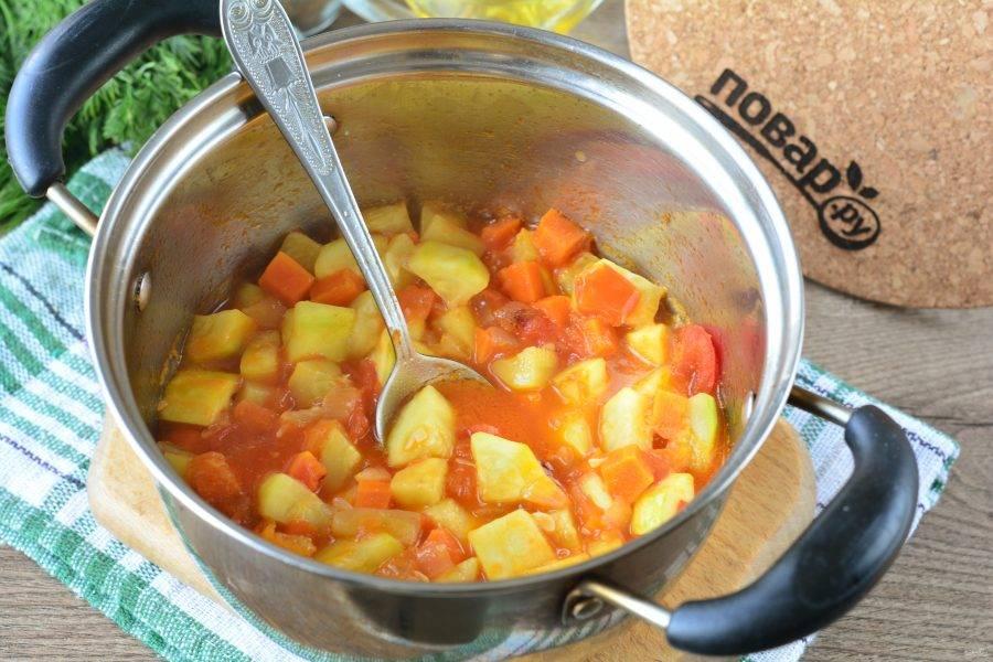 Тушите овощи помешивая около 20-25 минут. Влейте уксус, перемешайте. Дайте закипеть и снимите с огня.