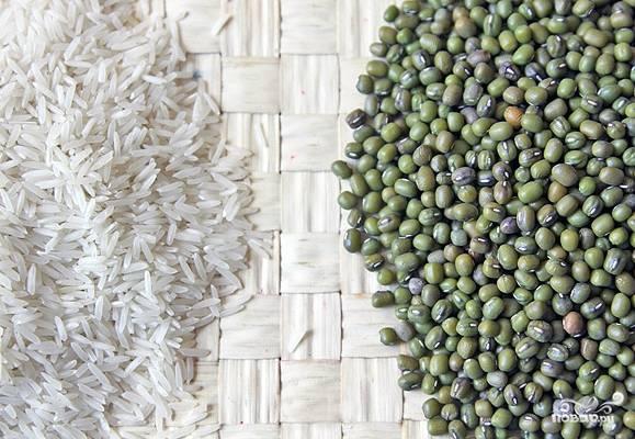 Нам понадобится индийский горох, а также рис басмати. Если вы ну никак не смогли найти их, замените первое обычной чечевицей, а второе — обычным рисом. Итак, замачиваем горох на 2 часа, рис — на час в холодной воде.