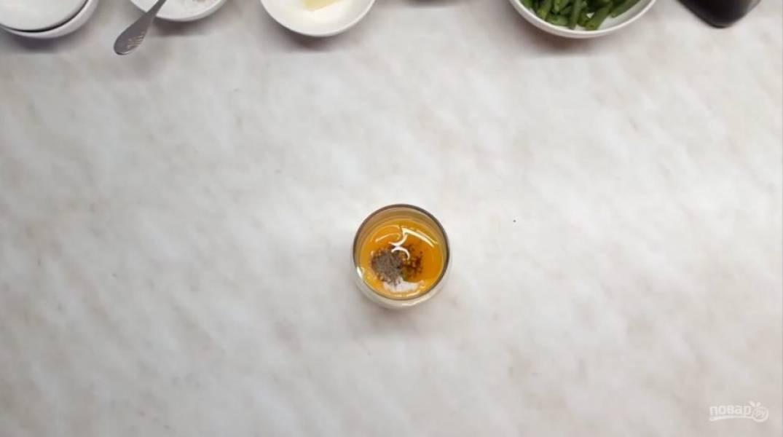 1. Приготовьте заправку. Для этого смешайте желток, соль, перец, французскую горчицу и немного оливкового масла. С помощью миксера взбейте соус (3-5 минут).