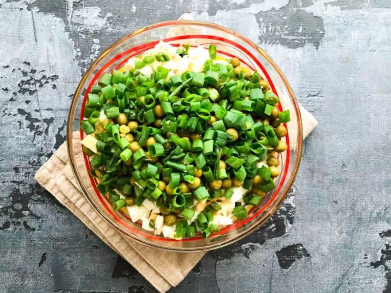 Зеленый лук мелко нарежьте и добавьте к остальным ингредиентам.