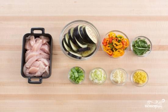 1. Начните с подготовки ингредиентов. Баклажаны вымойте и обсушите, удалите у них хвостики, нарежьте овощ колечками. Измельчите перец, чеснок, имбирь и зелень. Курочку нарежьте полосочками.