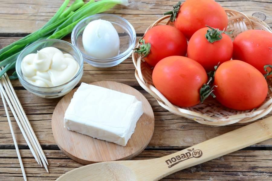 Подготовьте все необходимые ингредиенты. Помидоры выбирайте сорта «сливки». Яйцо отварите вкрутую.