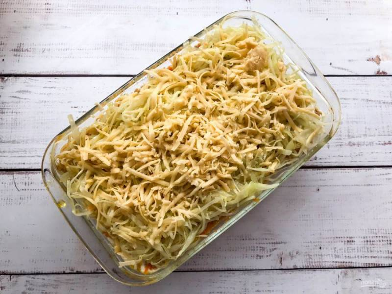 Посыпьте все тертым сыром и отправьте в предварительно разогретую духовку до 180 градусов на 15-20 минут.