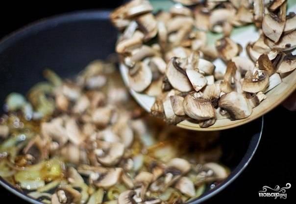Грибы нарезать и обжарить на хорошо разогретой сковороде с маслом до полного выпаривания жидкости.