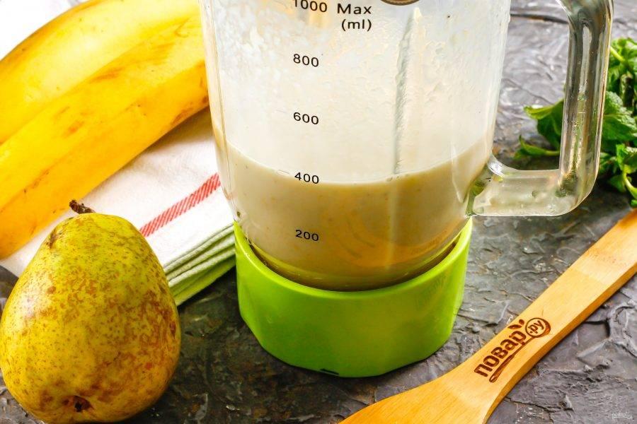 Взбейте и измельчите все в течение 2-3 минут в чаше блендера, используя пульсирующий режим.