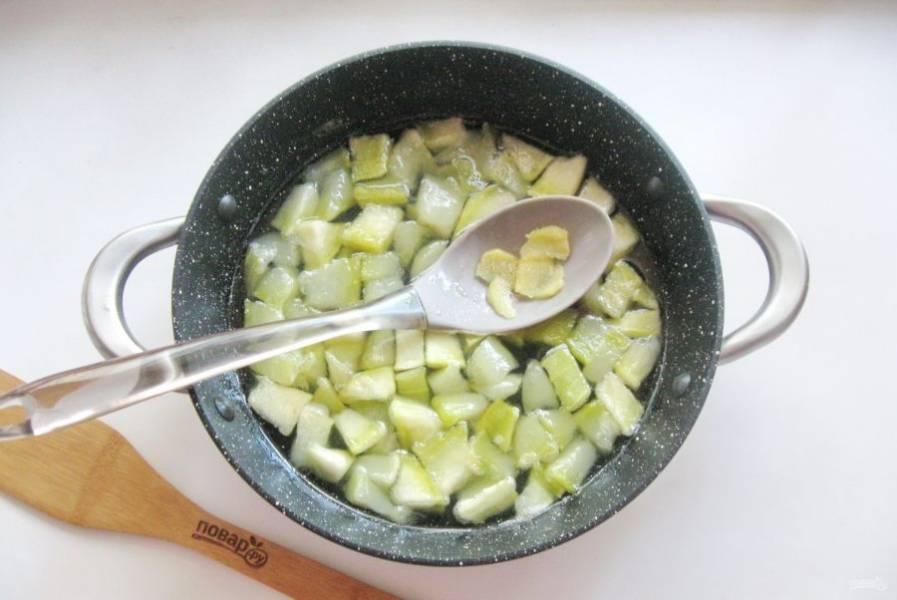 Добавьте имбирь и лимонную кислоту в кастрюлю с вареньем.