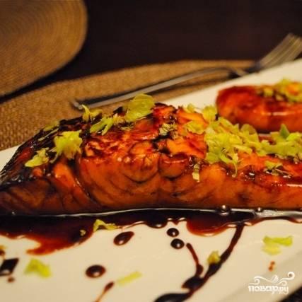 Рыбу после этого достаем из сковороды и перекладываем на тарелки. В оставшийся в сковороде соус добавляем уксус, прогреваем, увариваем до нужной густоты, и поливаем им рыбу. Приятного аппетита!