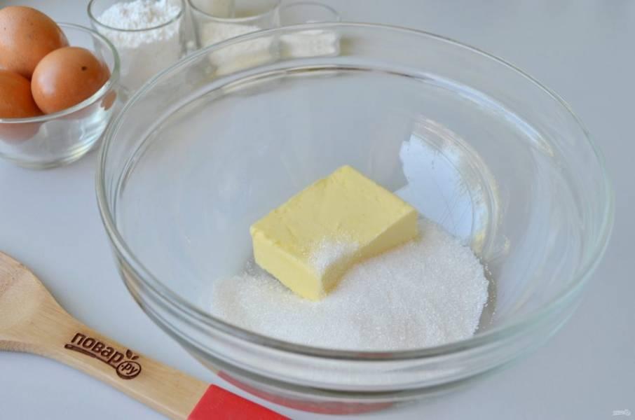 2. С помощью миксера сливочное масло взбейте с сахаром до кремообразного состояния.