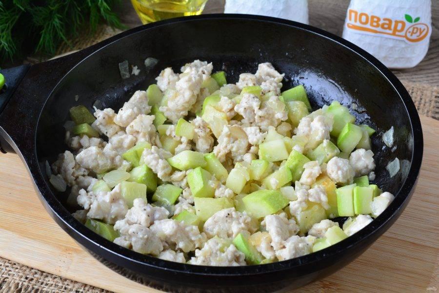 Обжаривайте овощи с фаршем 5-6 минут, помешивая.