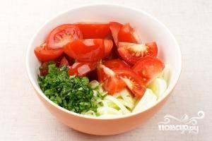 Соединяем помидоры, лук, мяту и оливковое масло.