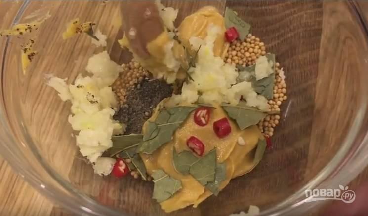 5. Пока варится бульон, готовим второй маринад. Сухую горчицу, обычную горчицу, черный перец, 1 лаврушку, измельченный острый перец и выдавленные 3 зубчика чеснока смешайте между собой.