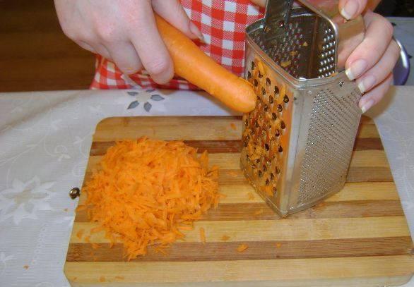 Морковь натрите на терке.