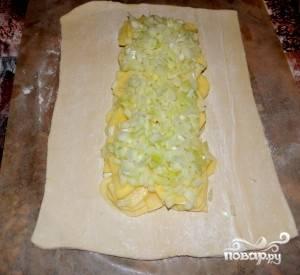 На картофель выкладываем лук.