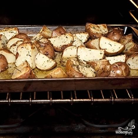 5. Выпекайте картофель с розмарином в разогретой до 190 градусов духовке в течение 40 минут до мягкости картошки.