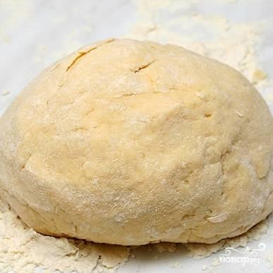 Месим из получившейся смеси тесто, формируем колобок и отправляем в холодильник на полчаса.