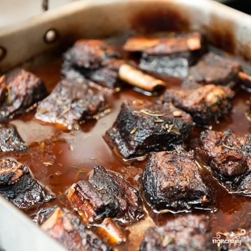 8. Выпекайте ребрышки в разогретой до 160 градусов духовке в течение 2,5-3 часов.