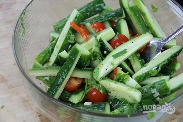 6. Аккуратно перемешайте — и ваш летний овощной салат готов. Приятного аппетита!